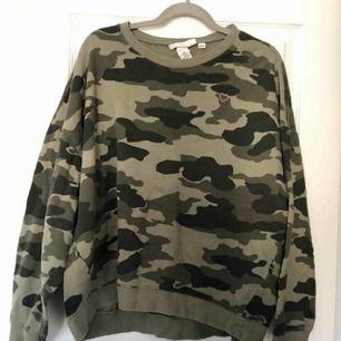 Camo sweatshirt med broderat hjärta på bröstet. Stl XL (stor och mysig!!) från @hm kostar 40kr