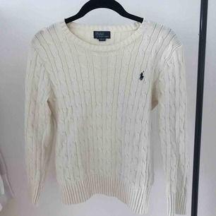 Helt ny krämvit kabelstickad tröja från Ralph Lauren. Nypris: 1295kr