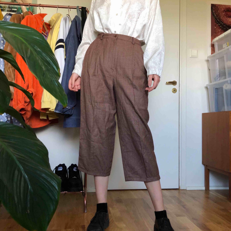 Hundtandsmönstrade kostymbyxor inköpta på Beyond Retro. Passar någon med storlek 36-38. Har själv storlek 36 och är 175cm. Kan mötas upp i Stockholms innerstad/Södermalm. Kan även frakta, köparen står för kostnaden. . Jeans & Byxor.