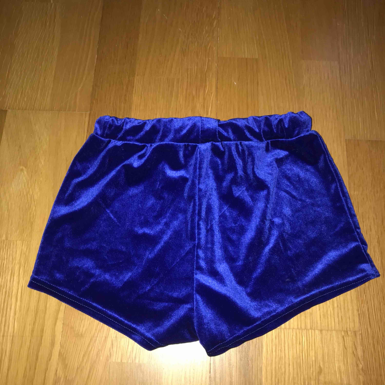 + 30kr frakt Oanvända velvet shorts. Shorts.