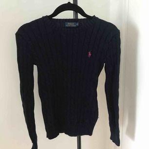 Åtsittande stickad tröja från Ralph Lauren, marinblå med rosa märke. Nypris:1295kr