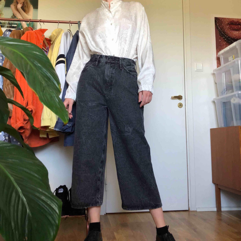 Levis line 8 jeans i spräckligt mönster, storlek W27. Har använts sparsamt då de är för stora för mig, har storlek EU36 och är 175cm.  Kan mötas upp i Stockholms innerstad/Södermalm. Kan även frakta, köparen står för kostnaden.. Jeans & Byxor.