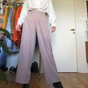 Flare kostymbyxor från Boohoo, fint skick. Jag är 175cm och har vanligtvis EU36.  Kan mötas upp i Stockholms innerstad/Södermalm. Kan även frakta, köparen står för kostnaden.