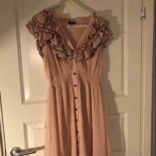 Fin söt klänning i storlek S från HM, sparsamt använd.