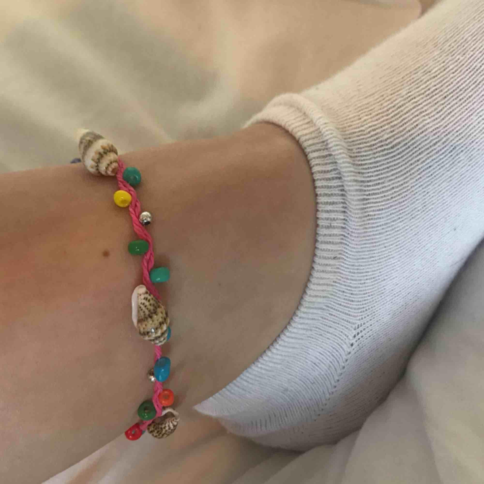 En fin fotlänk/armband med fina snäckor💛💗. Accessoarer.