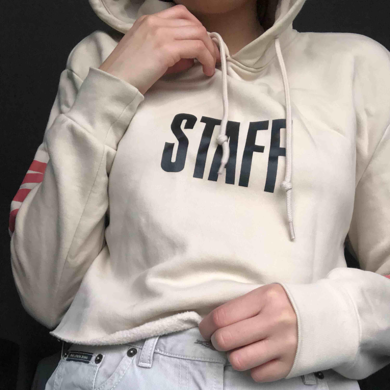 I princip helt ny hoodie från Justin Biebers tour: Purpose tour. Den är avklippt längt ner pga herrmodell och för att få en egen liten känsla i den. Säljer pga inte ett fan längre! Passar XS-L Kan mötas upp eller frakta men då står köparen för frakt 💖. Huvtröjor & Träningströjor.