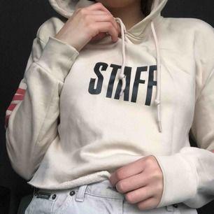 I princip helt ny hoodie från Justin Biebers tour: Purpose tour. Den är avklippt längt ner pga herrmodell och för att få en egen liten känsla i den. Säljer pga inte ett fan längre! Passar XS-L Kan mötas upp eller frakta men då står köparen för frakt 💖