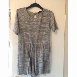 Jag säljer denna mysiga gråa jumpsuit eftersom den är för liten för mig. Den är stretchig och mjuk i materialet. Knappt använd men har hängt i garderoben ett tag. Köparen står för frakt men kan också mötas upp i Stockholm alt Södertälje!
