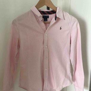 Vit/rosa randig skjorta från Ralph Lauren. Finns även i  vit/blå randig. Köp av båda: Nypris: 700kr 1000