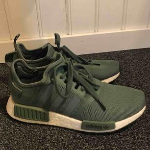 Knappt använda, jättesköna skor i snygg grön färg Nypris 1400kr Modell: NMD R1