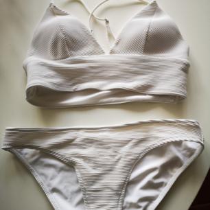 Vit ribbad bikini från H&m. Trosor strl 36 och topp strö 38.