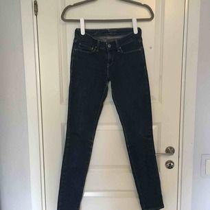Fina skinny-jeans från Levi's. Tyvärr är en del av texten på loggan borta, därav de låga priset.  Betalning sker via swish💙 Kan mötas upp i Uppsala!