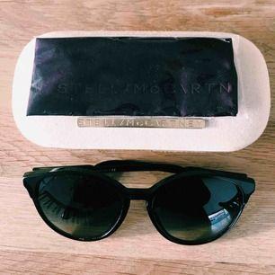 Solglasögon från Stella McCartney. Nypris: 2500 kr.  Inköpta för 3 år sedan på NK. Använda endast fåtal gånger. Säljes för 1000 kr!