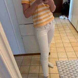 Snygga vita, tighta jeans med guld detaljer från Miss RJ. Användas fåtal gånger. Så är i bra skick.  Storleken är 36/s. Priser är exklusive frakt. Går också att mötas upp om det är i närheten.