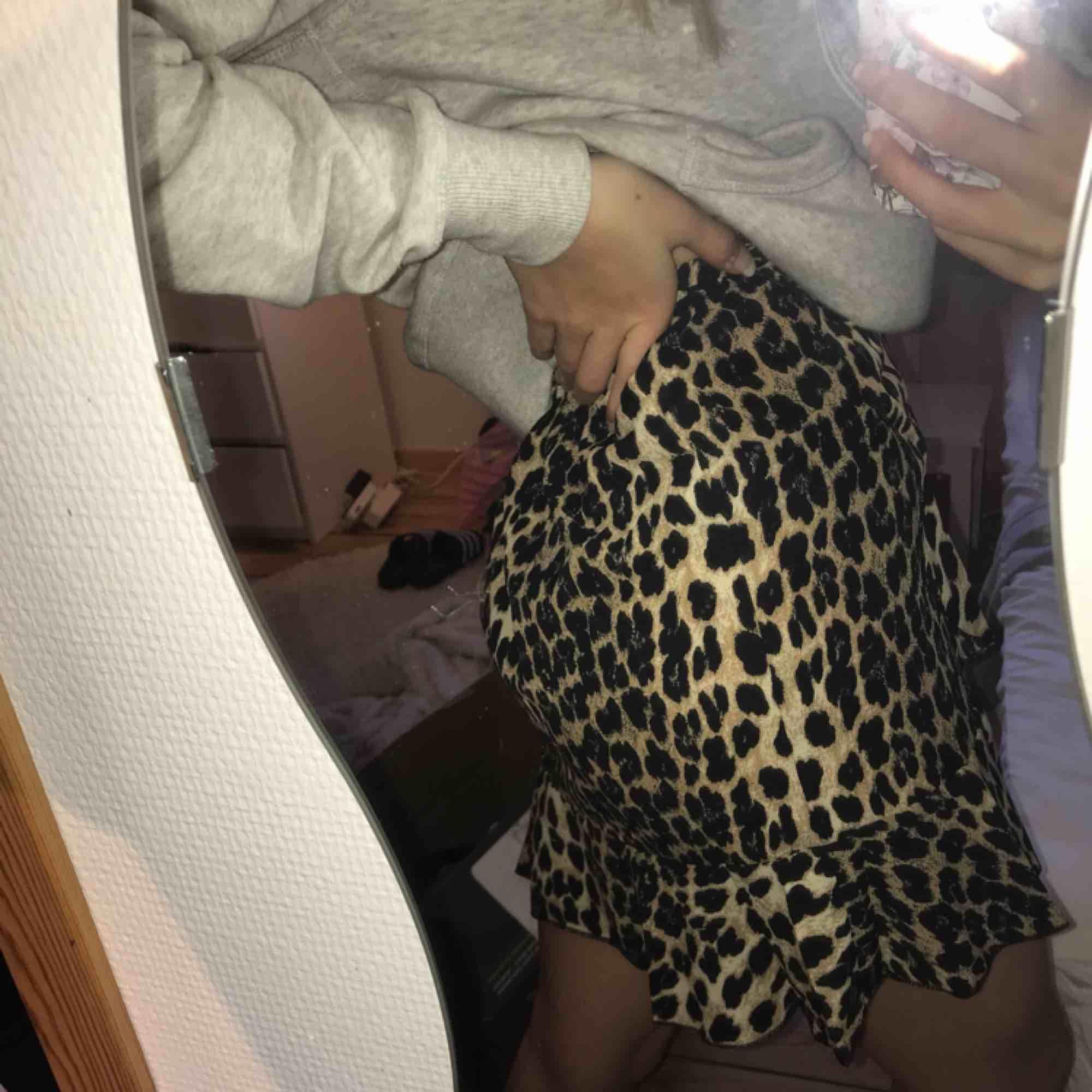 Jättefin helt ny kjol som jag råkade beställa 3 av (fråga inte hur jag lyckades haha). Perfekt till sommaren. Finns två styckna. Köparen står för frakt (ca 50kr). Kjolar.