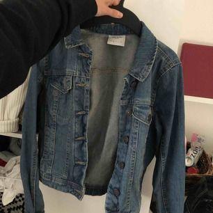 Oanvänd jeansjacka