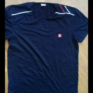 Snygg äkta fila t shirt, priset kan diskuteras