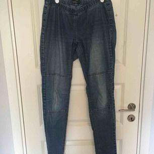 Jeans med resår i midjan. Färgen är mörkblå. Betalning sker via swish. 💓