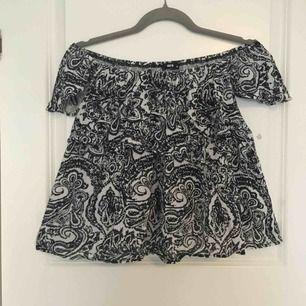 Fin tröja från BikBok. Går att ha både som en vanlig t-shirt eller som off-shoulder tröja. En volang går från armarna och runt hela tröjan.  Betalning sker via swish☀️