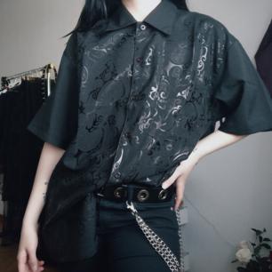 Asball 90s inspirerad skjorta!! ⛓️ 🖤   Aldrig använd, nyskick! 😌  Styla skjortan med vita cargo pants och sneakers så blire perffa 🤩✨  Fri frakt 💌