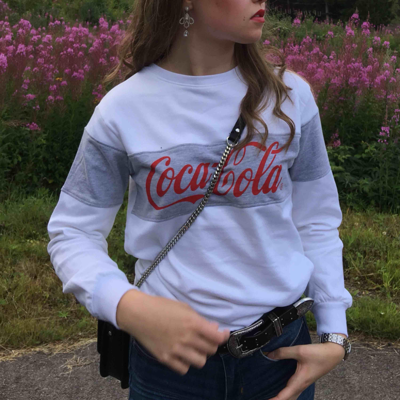 Coca-Cola tjocktröja i storlek XS. Inte använt ofta. Frakt är inte inräknat i priset.. Huvtröjor & Träningströjor.