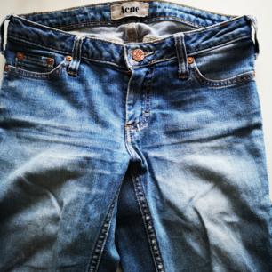 Snygga jeans från Acne i en rak och tajt modell. Byxan är klippt längst ner på benslutet