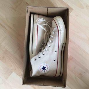 Converse sneakers använda 3 gånger men lite smutsiga på baksidan (se bilden)
