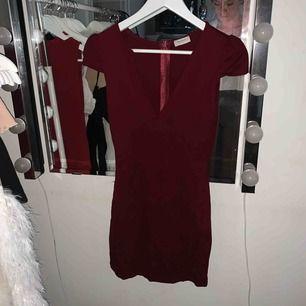 Den sitter som s! Fest klänning funkar även som dagsklänning vid fint sommar väder :)