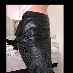 Fejkskinn kjol från BikBok i storlek S. Använt fåtal gånger för inte riktigt min stil. Frakten är inte inräknat i priset