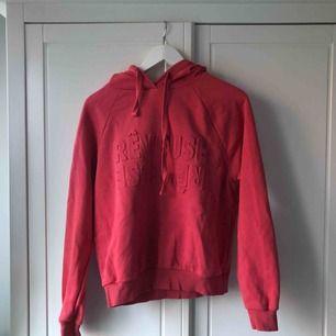 Röd hoodie från Gina tricot. Bra skick, använd fåtal ggr. Kan mötas i Stockholm annars kostar frakt 63kr💓