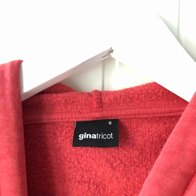 Röd hoodie från Gina tricot. Bra skick, använd fåtal ggr. Kan mötas i Stockholm annars kostar frakt 63kr💓. Huvtröjor & Träningströjor.