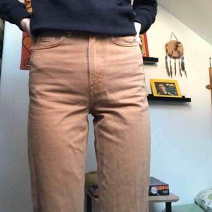 Snygga brun/beiga jeans från weekday men tyvärr för små för mig nu:(😭 jättesköna men lite skrynkliga på bilden💘💘