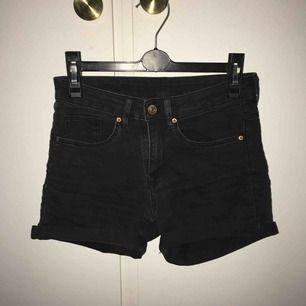 Svarta jeans/leggings shorts från HM. Skickar gärna men då tillkommer fraktkostnad!