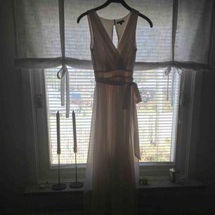 En jättefin vaniljfärgad långklänning till lärarmiddag/bal/ sommaren!! Använd en gång, är i storlek 32! Mycket bra skick!   Kontakt: 0732500530( nås på sms)