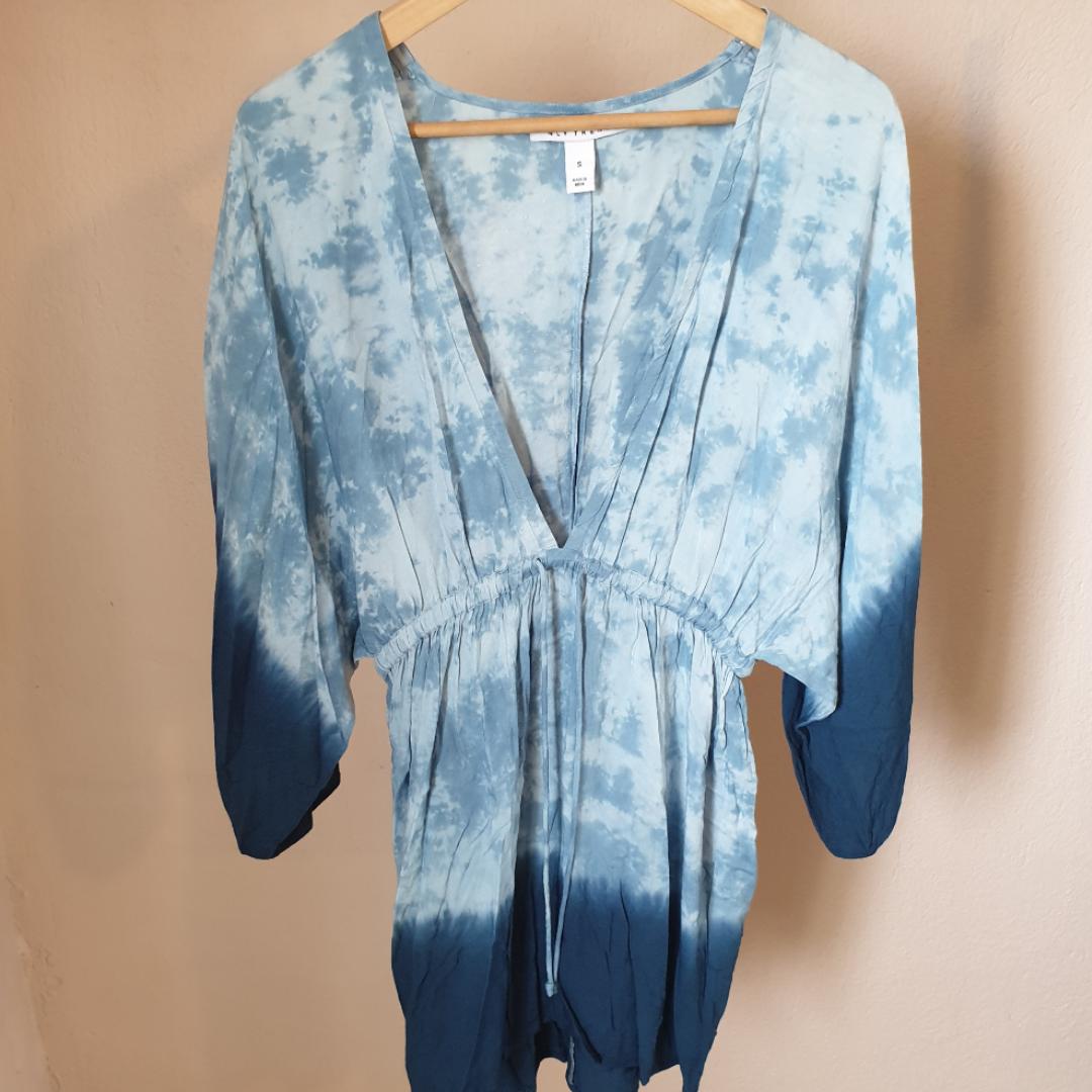 Blå batikmönstrad klänning/blus/kimono eller vad man ska kalla det x) perfekt med bikini under när man ska till stranden. Klänningar.