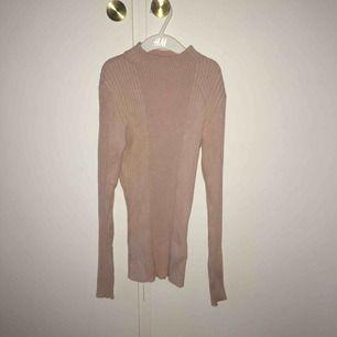 Ljusrosa ribbad tröja! Väldigt stretchig och lång i modellen. Skickar gärna men då tillkommer fraktkostnad.