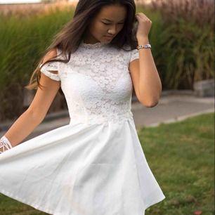 Sagolik klänning perfekt till avslutning? Student? Endast använd vid fotograferingen, alltså högst 1 h.
