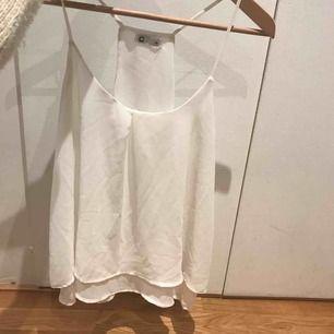 Fint vitt linne i skönt luftigt material från Cubus. Gott skick och sparsamt använd. Kan se smutsig ut men det är ljuset, den har inga fläckar!