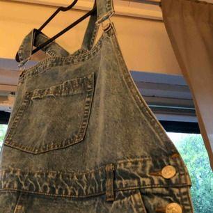 Assåå vad är en sommar utan en jeansklänning? Så fin med fina knappar som detaljer. Bra reglerbara band. Fin jeans färg. Använd cirka en gång!  Drömmen säger ja bara tyvärr förstår på mig. Men den är såå snygg annars! (pris kan diskuteras)