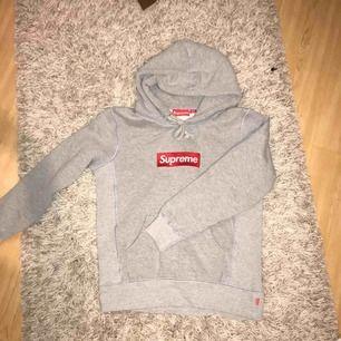 !!FAKE!! Supreme hoodie. Snygg kopia. Storlek Small. Använd en gång, har en liten rosa fläck, kan skicka bild vid intresse. Nypris ca. 700-800kr. Säljes för 150kr + ev. frakt