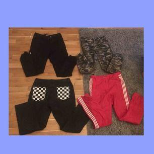 Säljer dessa jättefina 4 byxor! Ett par svarta cargobyxor, camouflage cargobyxor, svarta mom jeans, och röda Adidasbyxor! Skriv vilket utav dem du är intresserad utav så får du mer bilder och information❤️