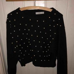 svart tröja med pärlor på köpt på zara