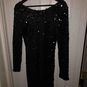 svart klänning från nelly, använd 1 gång. Den är liten i storleken.