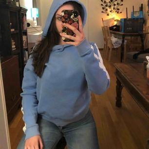 Superfin hoodie från Gina tricot! Säljer billigt pga i använt skick :). Skriv ifall du har några frågor! Frakt: 36kr :)