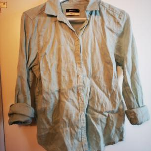 Mintgrön skjorta från gina tricot i 100 % linne kvalité.