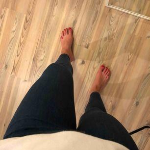 """Jeans i mörk tvätt från Gina Tricot i modellen """"molly"""" strl. M. Säljer pågrund av att de ej används. Nypris 299kr. Fraktkostnad tillkommer."""
