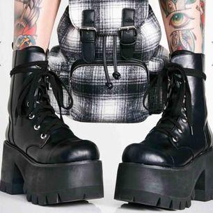 Världens finaste boots! CurrentMood/DollsKill. 10cm klack. Köpta för 800kr+350kr i tull. Köpta i jan 2019. Jag säljer för att spara pengar, så ta väl hand om dessa ❤️ Toppenskick. Dem är tunga så frakt tillkommer. Kan lämnas över i Nrkg och Gävle.