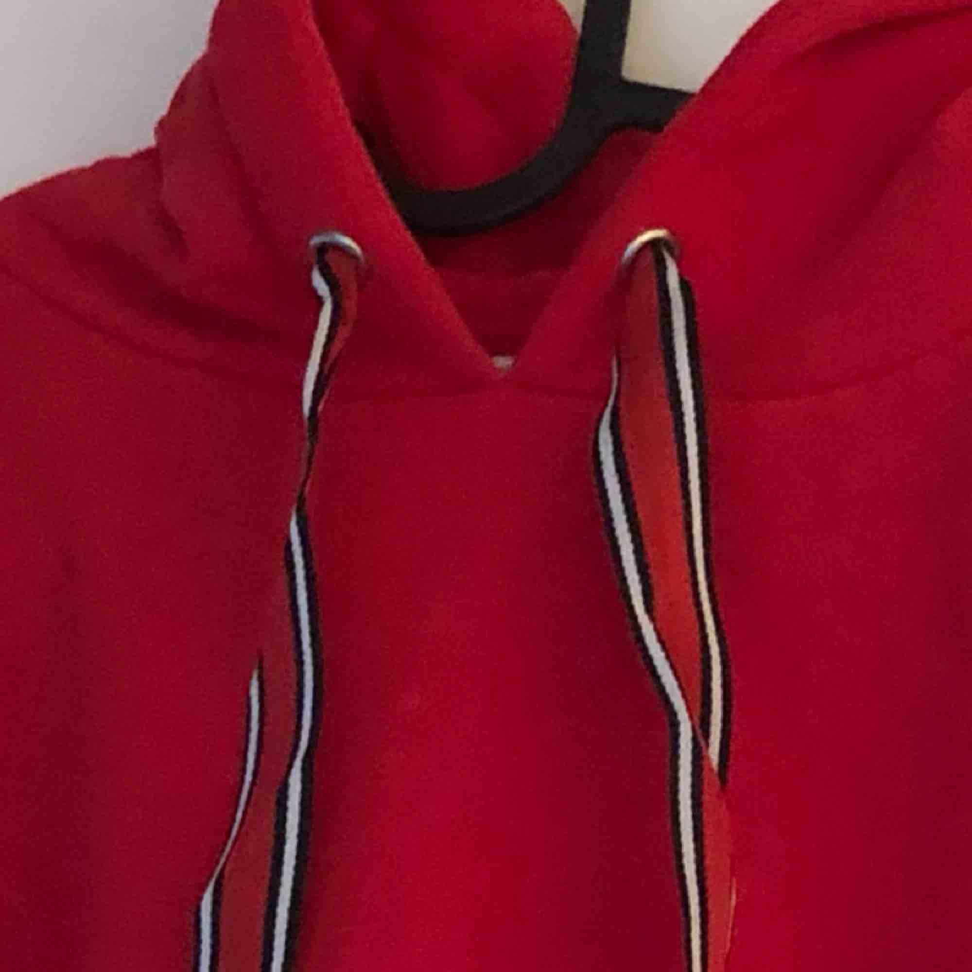 Världens mjukaste hoodie! Så snygg färg som ger en färgklick till vardagen! Säljer pga av inte min stil! Användes under cirka 2 kvällar så som ny! Fantastik hoodie bara. . Huvtröjor & Träningströjor.