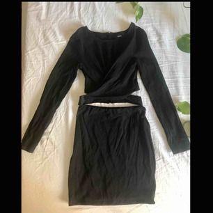 Bodycon klänning från ASOS, storlek 34. Omlott över brösten och öppen på sidorna.   Köparen står för frakten (högst 30kr)