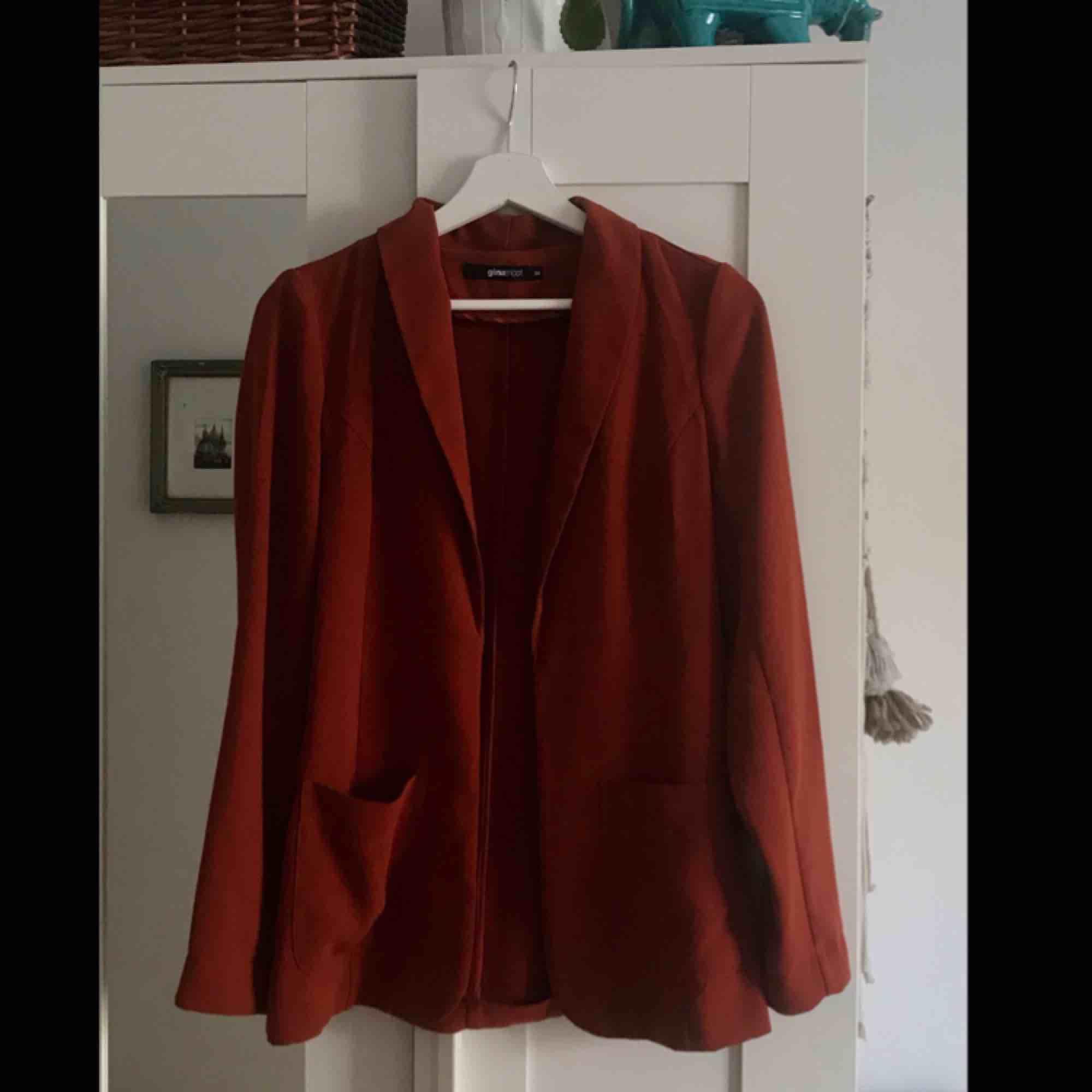 Rostbrun kavaj från Ginatricot i storlek 34. Använd ett fåtal gånger.   Köparen står för frakten (högst 50kr) . Kostymer.